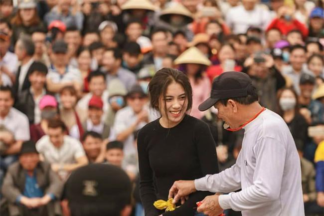 Tham gia hội đấu vật của làng, nữ sinh 2002 gây chú ý vì vừa xinh vừa khỏe - Ảnh 1.