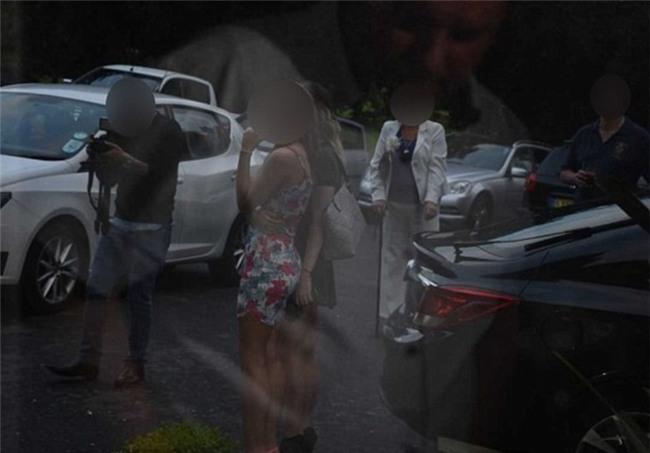 Được thuê chụp đám cưới, nhiếp ảnh gia chụp cô dâu chú rể thì ít, mà chụp tới 96 tấm ảnh nhạy cảm của 2 phù dâu - Ảnh 4.