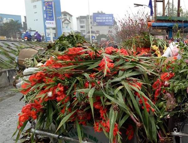 Hà Nội: Hoa tươi bằng 1/10 so với trước Tết, dân buôn vứt đổ đống tại chợ Quảng An - Ảnh 1.