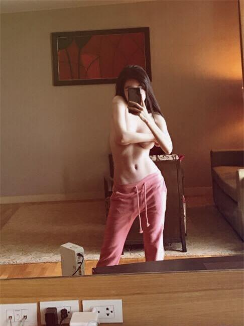 Bà mẹ hai con Elly Trần đăng ảnh bán nude táo bạo, khoe hình thể cực săn chắc - Ảnh 1.