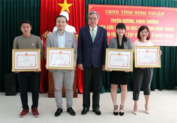 Phó chủ tịch UBND tỉnh Ninh Thuận trao bằng khen cho các nghiên cứu sinh, du học sinh đạt thành tích học tập xuất sắc. Lê Huyền Thảo Uyên (đứng thứ hai, từ bên phải qua).Ảnh: Cổng thông tin điện tử Ninh Thuận