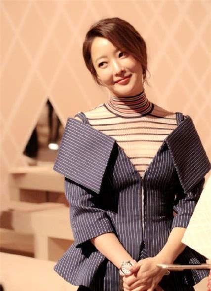 Kim Hee Sun làm khách VIP trong show diễn tại tuần lễ thời trang Milan, Ý, ngày 22/2. Ngôi sao xứ Hàn diện một chiếc váy cầu kỳ và ấn tượng.