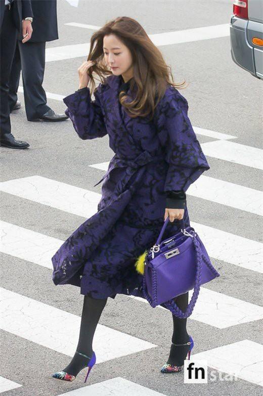 Kim Hee Sun hiện là một biểu tượng thời trang bởi gu thời trang tinh tế, sang trọng.