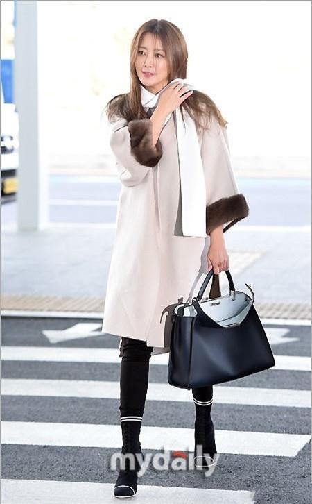 Để giữ được vẻ đẹp không tuổi, Kim Hee Sun chăm chút da cẩn thận. Cô không bao giờ quên bôi kem chống nắng và kem giữ ẩm.