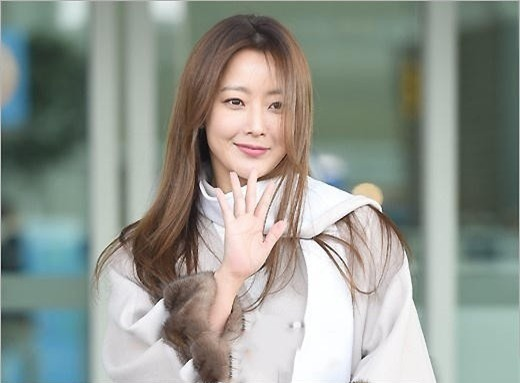 Cuộc sống gia đình viên mãn và sự nghiệp rực rỡ của Kim Hee Sun khiến nhiều đồng nghiệp cùng lứa cũng phải ghen tị.