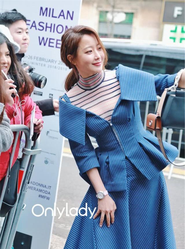 Kim Hee Sun vui vẻ chụp hình kỷ niệm với fan tại Ý. Cô không chỉ nổi tiếng tại Hàn Quốc mà còn là một cái tên sáng giá với cộng đồng người châu Á trên khắp thế giới.