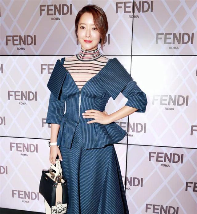 Kim Hee Sun là một trong những nữ diễn viên đời đầu của làn sóng Hàn Quốc tại châu Á. Cô góp mặt trên dưới 30 bộ phim và tham gia nhiều sự kiện thời trang quốc tế.