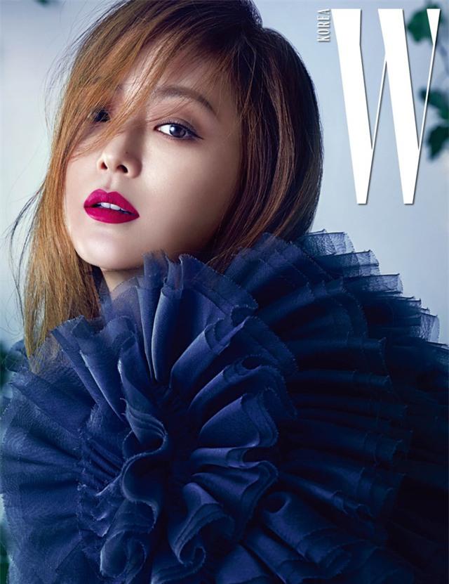 Kim Hee Sun lập gia đình từ năm 2008 với một doanh nhân giàu có và đã có một cô con gái. Sau khi làm đám cưới và sinh con, cô nghỉ hoạt động trong làng giải trí khoảng 5 năm. Hiện tại, người đẹp đã quay lại với điện ảnh và vẫn chiếm được cảm tình của fan.