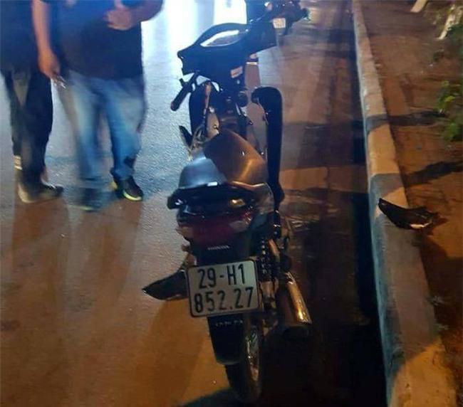 Hà Nội: Công nhân môi trường đang lao động bị thanh niên say rượu đi xe máy đâm nguy kịch - Ảnh 1.