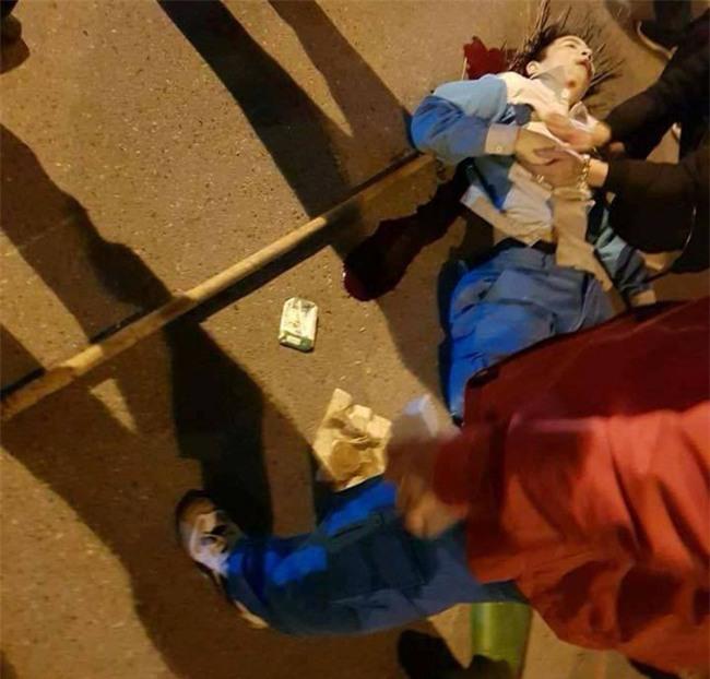 Hà Nội: Công nhân môi trường đang lao động bị thanh niên say rượu đi xe máy đâm nguy kịch - Ảnh 2.
