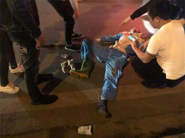 Hà Nội: Công nhân môi trường đang lao động bị thanh niên say rượu đi xe máy đâm nguy kịch - Ảnh 3.