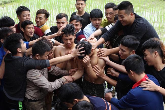 Vĩnh Phúc: Sôi động lễ cướp chiếu hội Đúc Bụt với mong muốn sinh con trai - Ảnh 2.