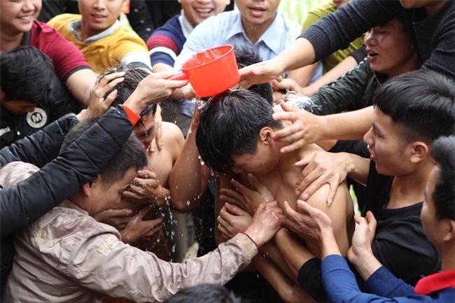 Vĩnh Phúc: Sôi động lễ cướp chiếu hội Đúc Bụt với mong muốn sinh con trai - Ảnh 3.