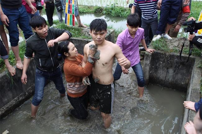 Vĩnh Phúc: Sôi động lễ cướp chiếu hội Đúc Bụt với mong muốn sinh con trai - Ảnh 4.