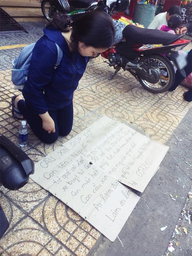 Xôn xao hình ảnh nữ sinh viên quỳ gối bên đường xin lại giấy tờ sau khi bị cướp giật ví trên xe buýt ở Sài Gòn - Ảnh 1.