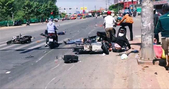 Xe khách vượt đèn đỏ gây tai nạn kinh hoàng ở Bình Dương: Nhiều người bị cuốn vào gầm, nằm la liệt giữa đường - Ảnh 1.