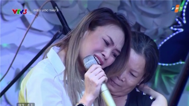 Những khoảnh khắc sao Việt không giấu được cảm xúc, bật khóc khi hát trên sân khấu-1