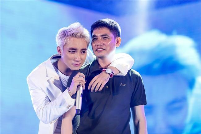 Những khoảnh khắc sao Việt không giấu được cảm xúc, bật khóc khi hát trên sân khấu-4