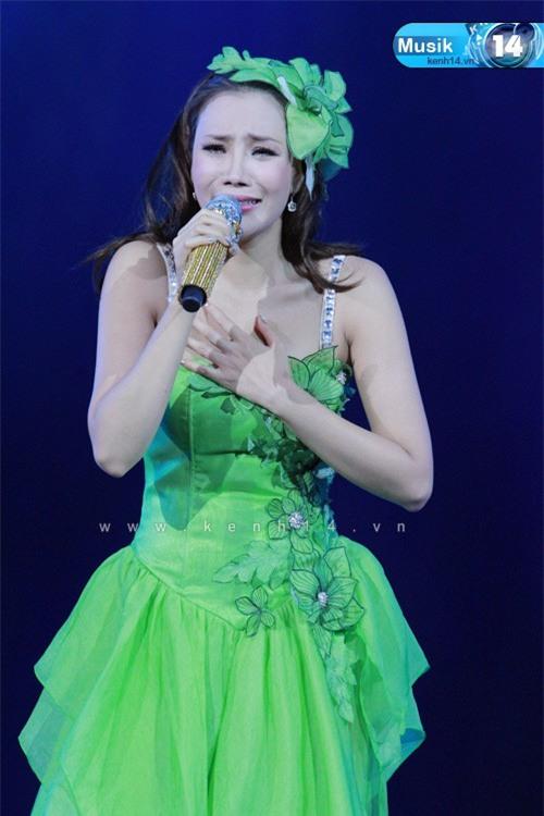 Những khoảnh khắc sao Việt không giấu được cảm xúc, bật khóc khi hát trên sân khấu-5