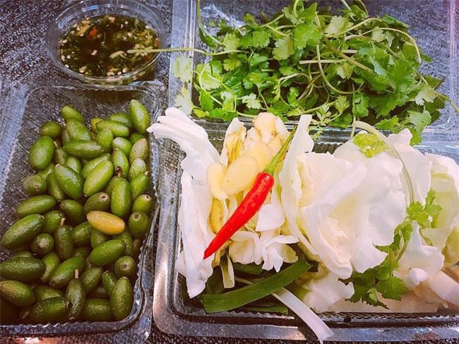 Nhót xanh cuộn bắp cải chấm chẩm chéo - món ăn tưởng không ngon mà ngon không tưởng, chị em Hà Nội order mỏi tay - Ảnh 3.