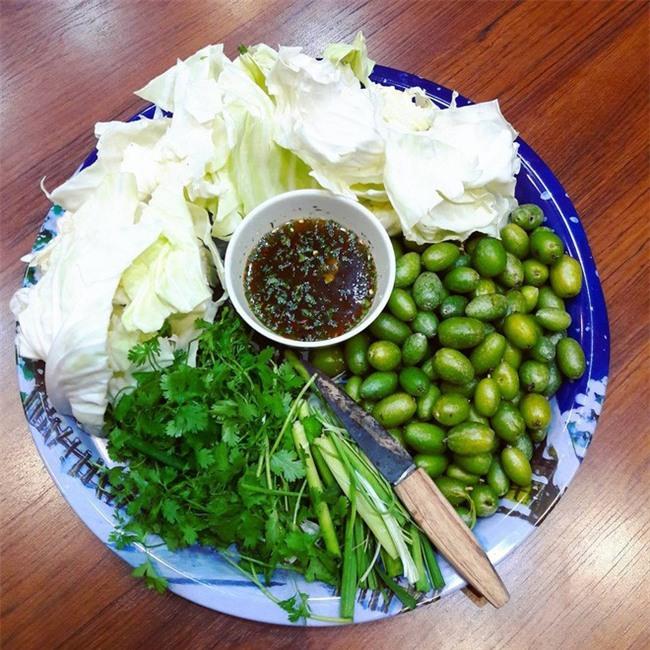 Nhót xanh cuộn bắp cải chấm chẩm chéo - món ăn tưởng không ngon mà ngon không tưởng, chị em Hà Nội order mỏi tay - Ảnh 5.