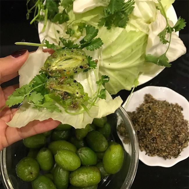 Nhót xanh cuộn bắp cải chấm chẩm chéo - món ăn tưởng không ngon mà ngon không tưởng, chị em Hà Nội order mỏi tay - Ảnh 8.