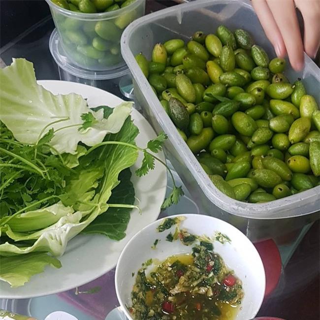 Nhót xanh cuộn bắp cải chấm chẩm chéo - món ăn tưởng không ngon mà ngon không tưởng, chị em Hà Nội order mỏi tay - Ảnh 9.