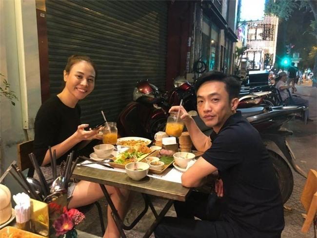 Trong ngày lễ Tình nhân, nam doanh nhân phố núi còn chủ động đăng tải hình ảnh chụp cùngĐàm Thu Trang trong buổi tiệc đơn giản đi ăn cùng nhau. - Tin sao Viet - Tin tuc sao Viet - Scandal sao Viet - Tin tuc cua Sao - Tin cua Sao