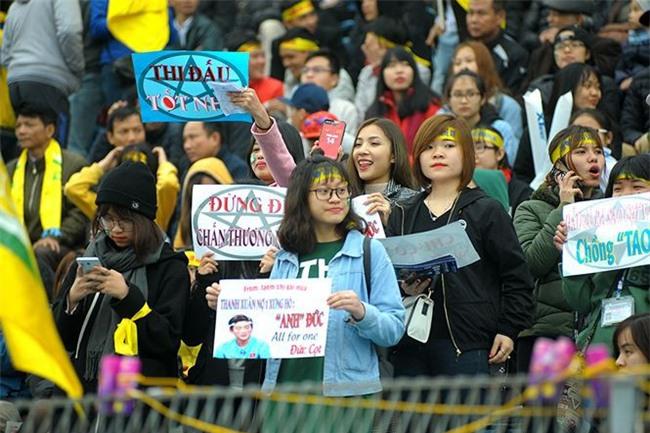 Team chị gái mưa cổ vũ, tỏ tình với cầu thủ Phan Văn Đức - Ảnh 2.
