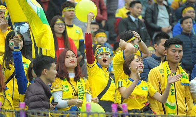 Team chị gái mưa cổ vũ, tỏ tình với cầu thủ Phan Văn Đức - Ảnh 3.
