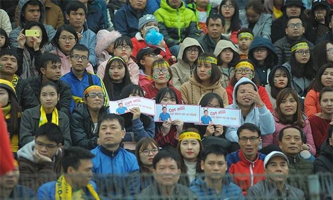 Team chị gái mưa cổ vũ, tỏ tình với cầu thủ Phan Văn Đức - Ảnh 4.