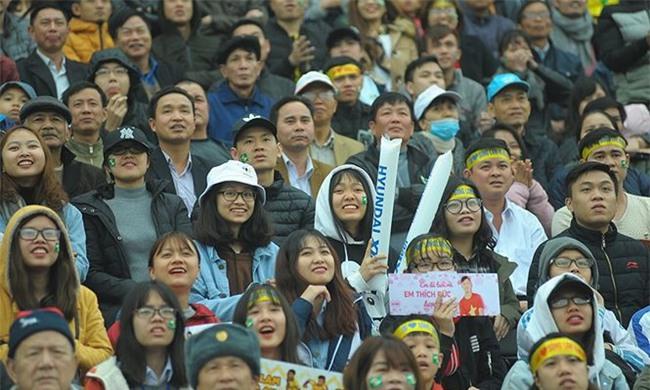 Team chị gái mưa cổ vũ, tỏ tình với cầu thủ Phan Văn Đức - Ảnh 5.
