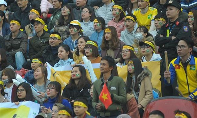 Team chị gái mưa cổ vũ, tỏ tình với cầu thủ Phan Văn Đức - Ảnh 6.