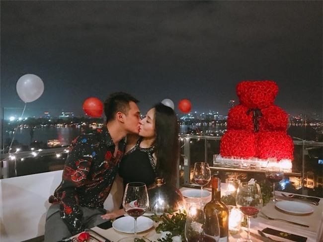 """Trước đó,nam ca sĩ đã có màn cầu hôn bạn gái rất lãng mạnkhiến cộng đồng mạng phải ghen tỵ.Dưới ánh nến và hoa hồng,Khắc Việtđã chính thức ngỏ lời """"đưa nàng về dinh"""". - Tin sao Viet - Tin tuc sao Viet - Scandal sao Viet - Tin tuc cua Sao - Tin cua Sao"""