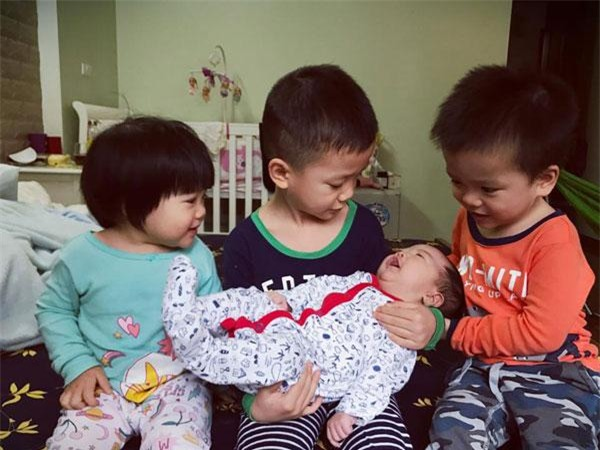 "day con tu lap tu nho, me ""5 nam sinh lien 4 con"" van nhan tenh, doc sach moi ngay - 7"