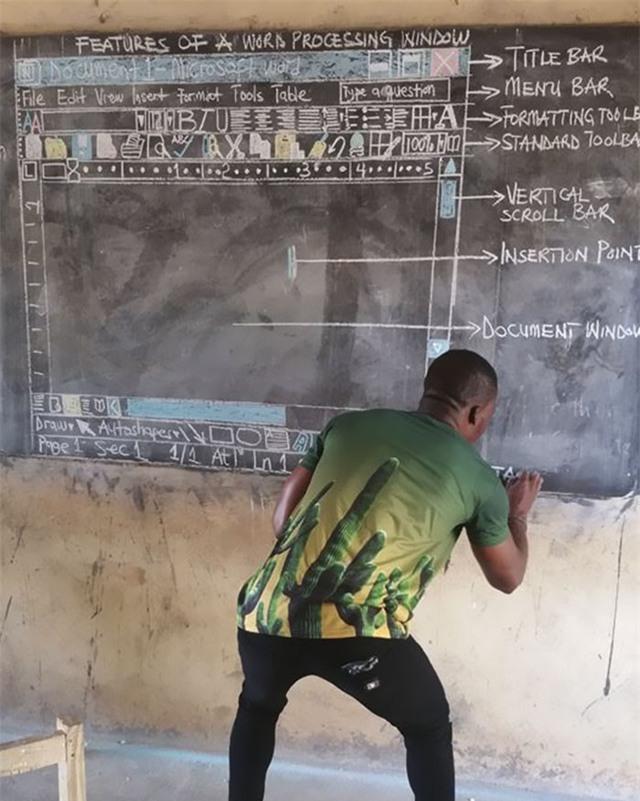 Được biết, thầy giáo Kwadwo đã từng học qua khoá tạo hình nghệ thuật, và rõ ràng những kỹ năng của thầy đã được ứng dụng một cách triệt để trong công tác giảng dạy.
