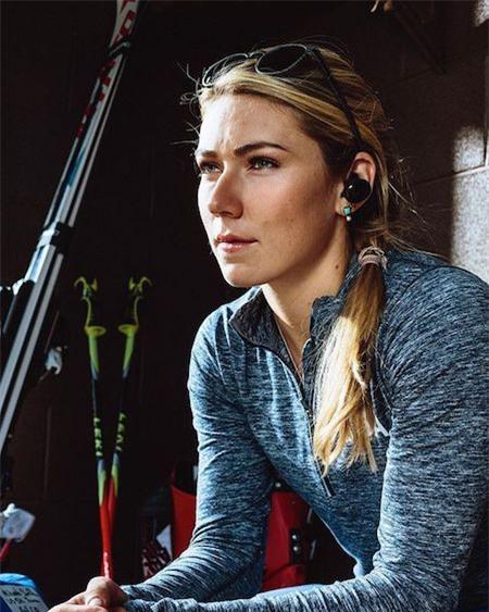 Mới 22 tuổi song Mikaela Shiffrin đã thu về được 41 chiến thắng tại các giải thế giới. Và ngoài tài năng nổi bật, nữ vận động viên người Mỹ còn khiến cho công chúng phải xao xuyến với nhan sắc quá đỗi xinh đẹp, căng tràn sức sống. Tại Olympic Pyeongchang, Shiffrin cũng đã xuất sắc giành được một huy chương vàng ở nội dung trượt băng xuống dốc có chướng ngại vật lớn.