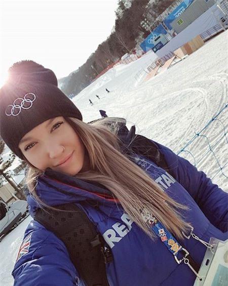 """Bốn năm sau chấn thương kinh hoàng tại Olympic Sochi, nữ vận động viên trượt truyết người Anh Rowan Cheshire đã xuất sắc trở lại với Olympic Pyeongchang 2018 và dáng vẻ xinh đẹp, tự tin của Cheshire lại thêm một lần khiến người hâm mộ """"điên đảo""""."""