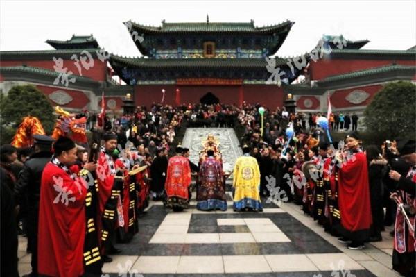 Ngày Thần Tài Trung Quốc: Thần Tài nghiêng ngả, mất râu, mất mũ khi người dân giành giật, tranh nhau xin vía vái cho cả năm - Ảnh 5.