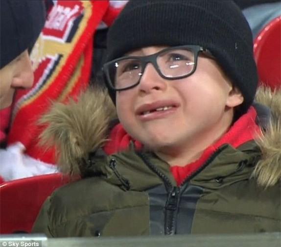Nhìn fan nhí khóc tức tưởi thế này, Arsenal có thấy hổ thẹn - Ảnh 1.