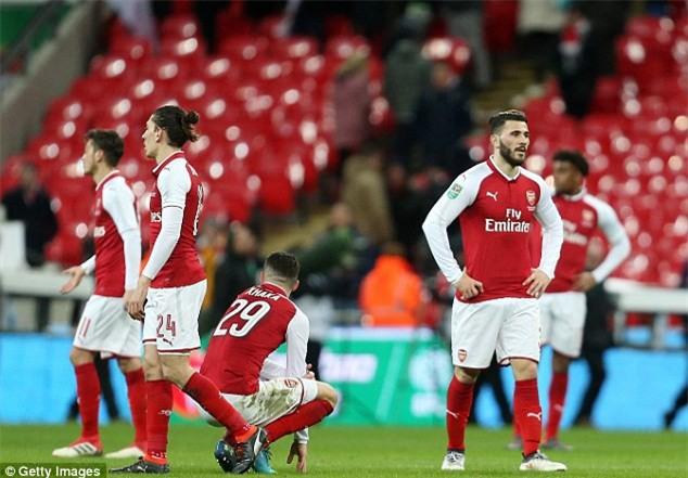 Nhìn fan nhí khóc tức tưởi thế này, Arsenal có thấy hổ thẹn - Ảnh 2.