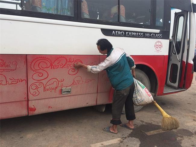 Người đàn ông biến bụi bẩn trên xe thành lời hay ý đẹp dành tặng du khách khiến ai cũng ấm lòng - Ảnh 3.