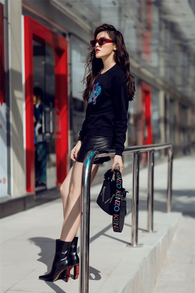 Hoa hậu Kỳ Duyên khoe chân dài 1m1 với gu mặc sang chảnh, gợi cảm - Ảnh 1.