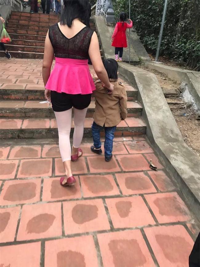 Những cô gái với phong cách ăn mặc đi lễ khiến người xem muốn xấu hổ thay - Ảnh 1.