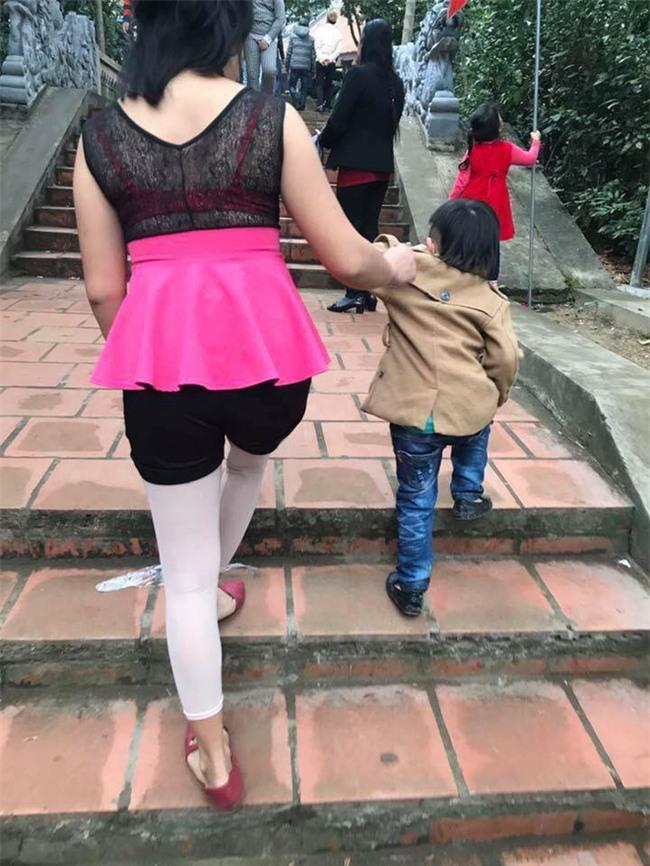 Những cô gái với phong cách ăn mặc đi lễ khiến người xem muốn xấu hổ thay - Ảnh 2.