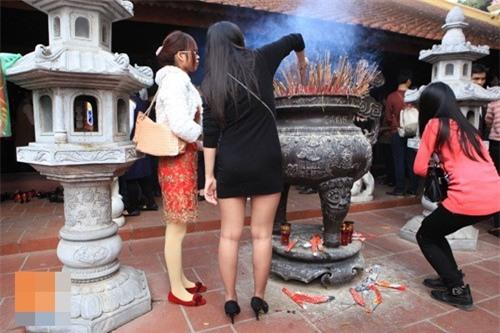 Những cô gái với phong cách ăn mặc đi lễ khiến người xem muốn xấu hổ thay - Ảnh 4.