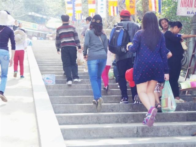 Những cô gái với phong cách ăn mặc đi lễ khiến người xem muốn xấu hổ thay - Ảnh 5.