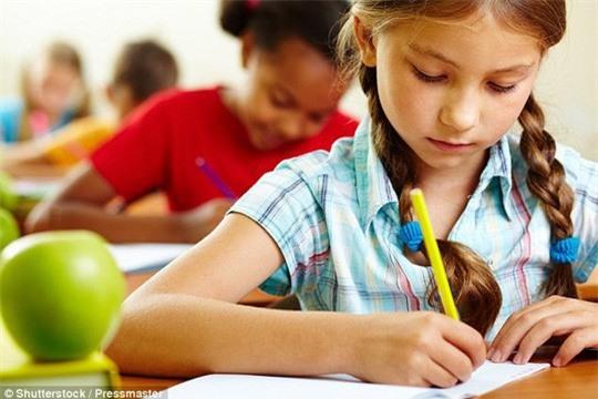 Sớm lướt smartphone, trẻ mất khả năng viết - Ảnh 1.