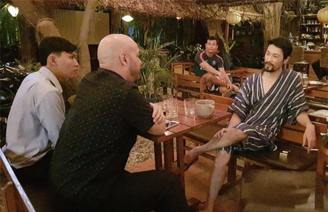 Johnny Trí Nguyễn và Flores có những trao đổi nhanh về võ thuật