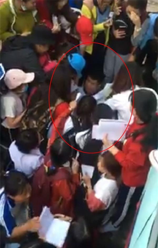Thánh lầy Đức Chinh của U23 bị rừng fans nữ bao vây xin chữ ký ở Bình Dương-1